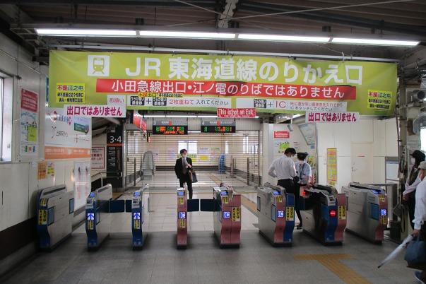 小田急線JRに向かう改札