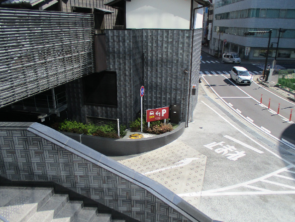 ミナカ小田原駐車場入口(小田原駅東口駐車場側)